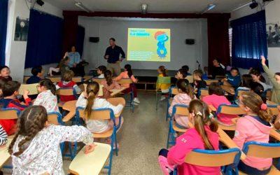 """Los alumnos del CEIP José Ramón, de Alcalá de Guadaíra, asisten a las charlas sobre """"Tenencia Responsable de Animales"""" organizadas por el ICOV de Sevilla."""